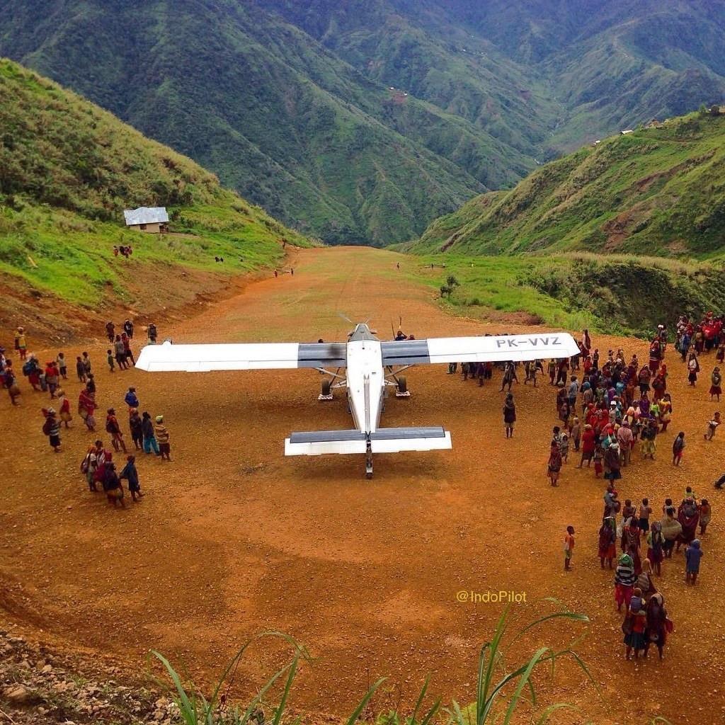 实拍飞机降落最危险机场:海拔高