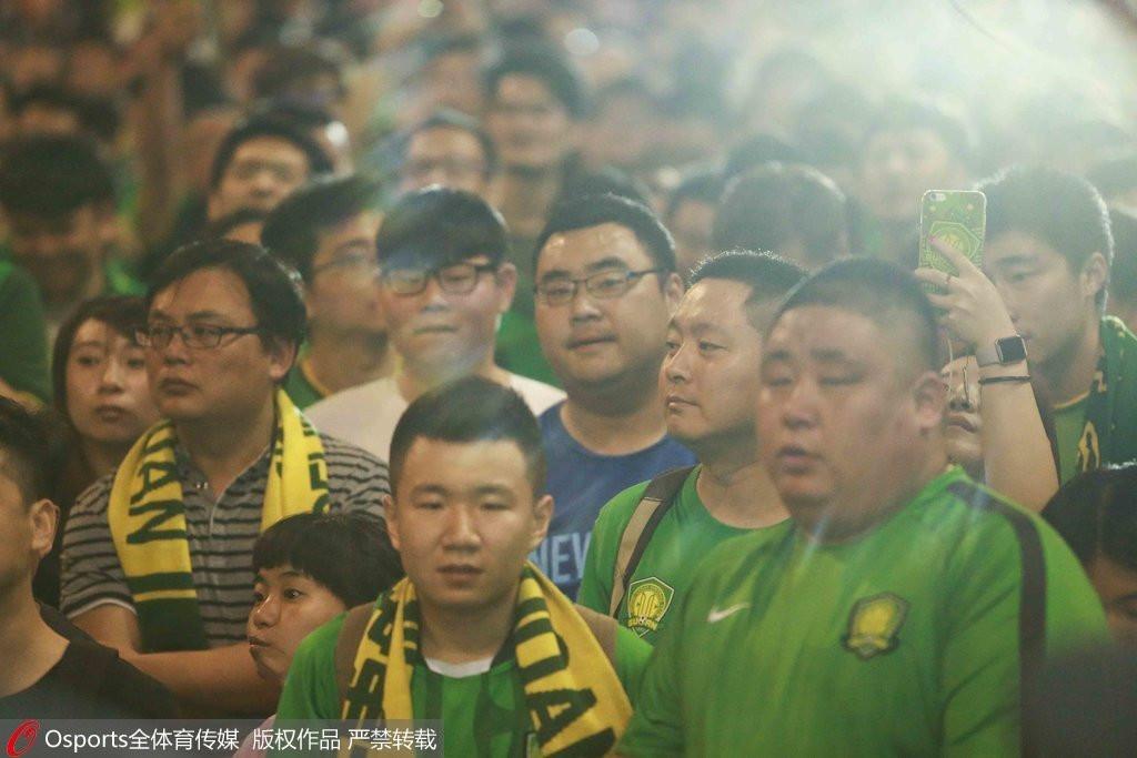 组图:场面失控 国安球迷赛后围堵俱乐部高呼扎帅下课