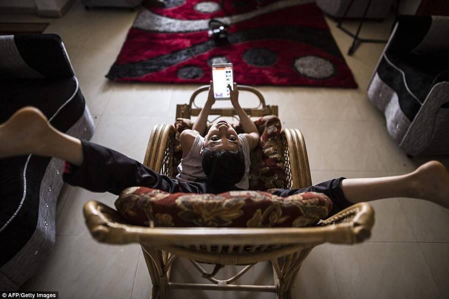 组图-12岁少年柔韧性惊人 身体扭曲似蜘蛛人 - 双梅 - 张静华