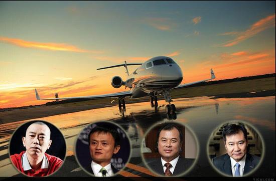 一组王健林在私人飞机里斗地主的画面