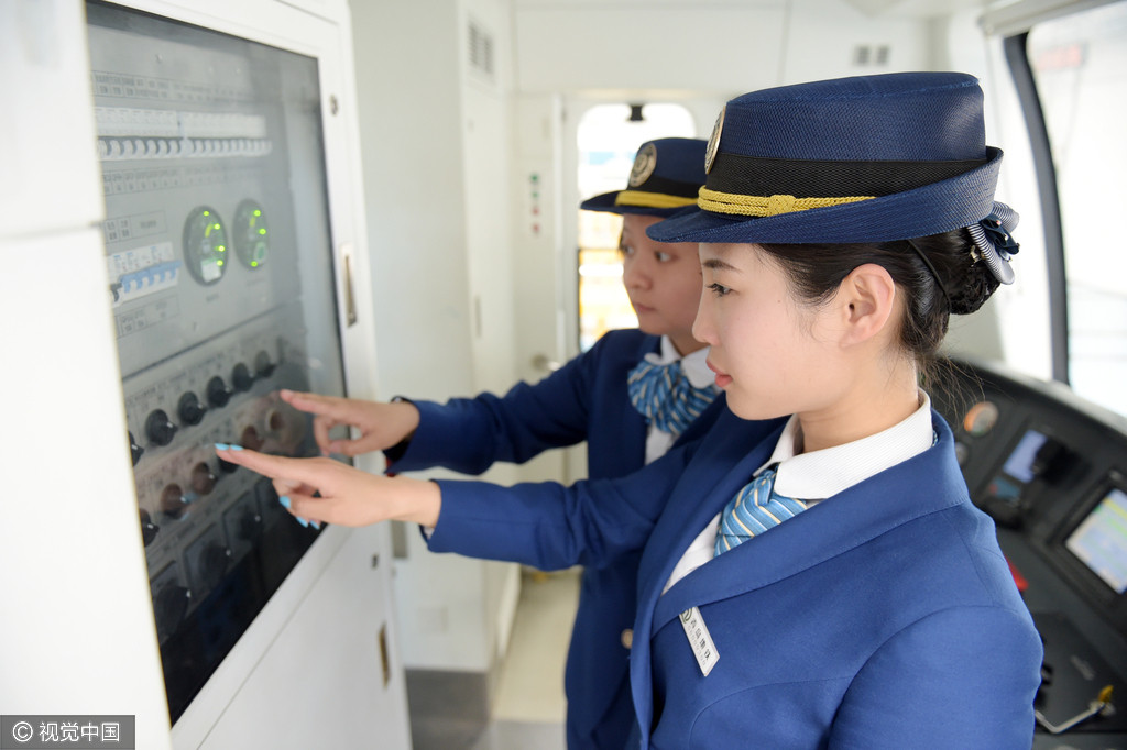 图片故事:青岛地铁司机11姐妹
