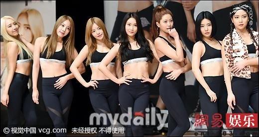 韩国女子组合穿运动内衣附身露沟热舞