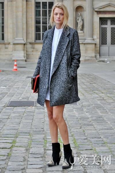 大衣+黑色尖头短靴+咖啡色