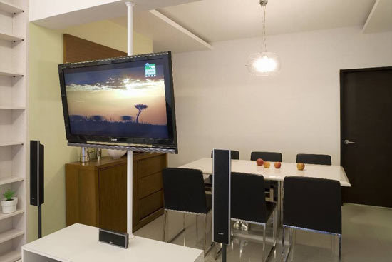 裝修TIPS:弱化電視柜的界定作用 與傳統主墻的設計不同,空間保持開放特質,TV柜及墻面作減化處理,省略實體造型墻面做區域上的界定,保持空間通透意象。