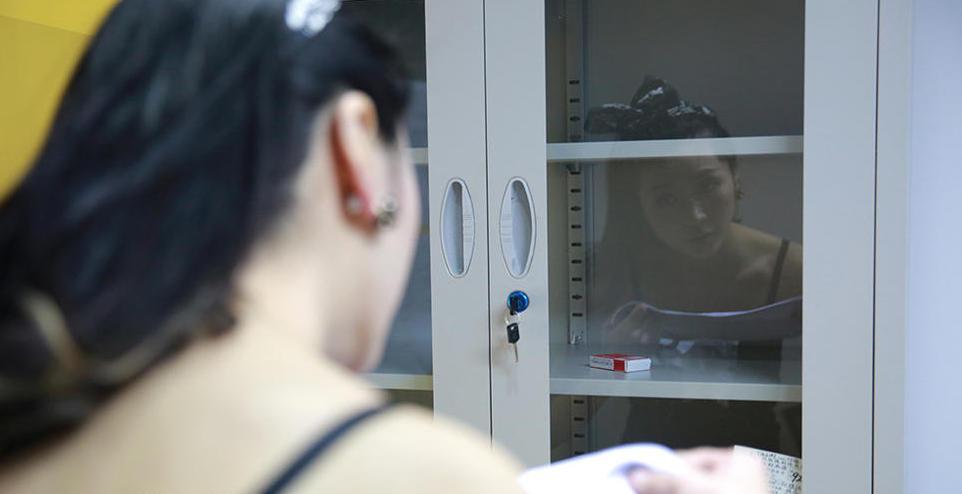 cc在玻璃柜子前整理自己的头发