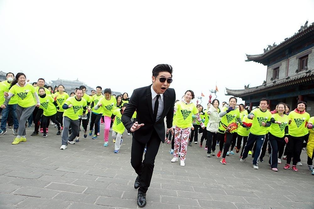田亮呼吁为健康运动 扮黑衣人卖力跳广场舞
