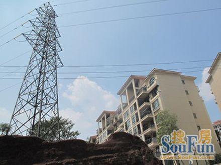 高压电塔,信号塔旁边的房子