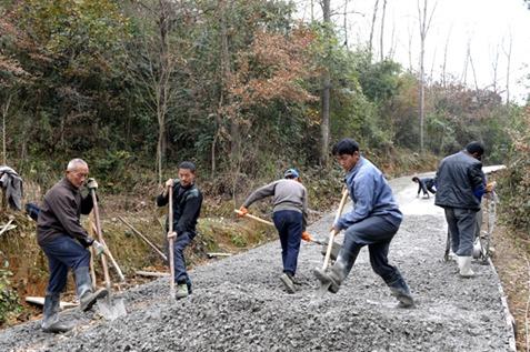 近日,记者在凤冈县石径乡青滩村老鹰岩组进寨进组公路施看到,施工现