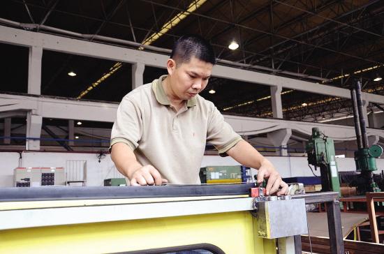 张伟明在车间工作。 新快报记者 牟晓翼 陈子昕 李丽云 图/文 朴素的工作服,配上一个小平头和一张憨厚的脸,张伟明是个广州地铁运行的幕后工作者。凭着热爱和专注,他在广州地铁一干就是17年,亲历多次地铁列车架修、大修,主持多个技术项目改造,早已成为了地铁列车维修的行家里手,多次被广州地铁评为十佳员工和岗位能手。支持我干地铁维修17年的动力,不仅是我的兴趣,更是我的职责。张伟明这样说:只要是我们维修过的地铁列车,就一定保证优质运营,安全可靠。 变废为宝倒腾工装 张伟明是广州地铁首批